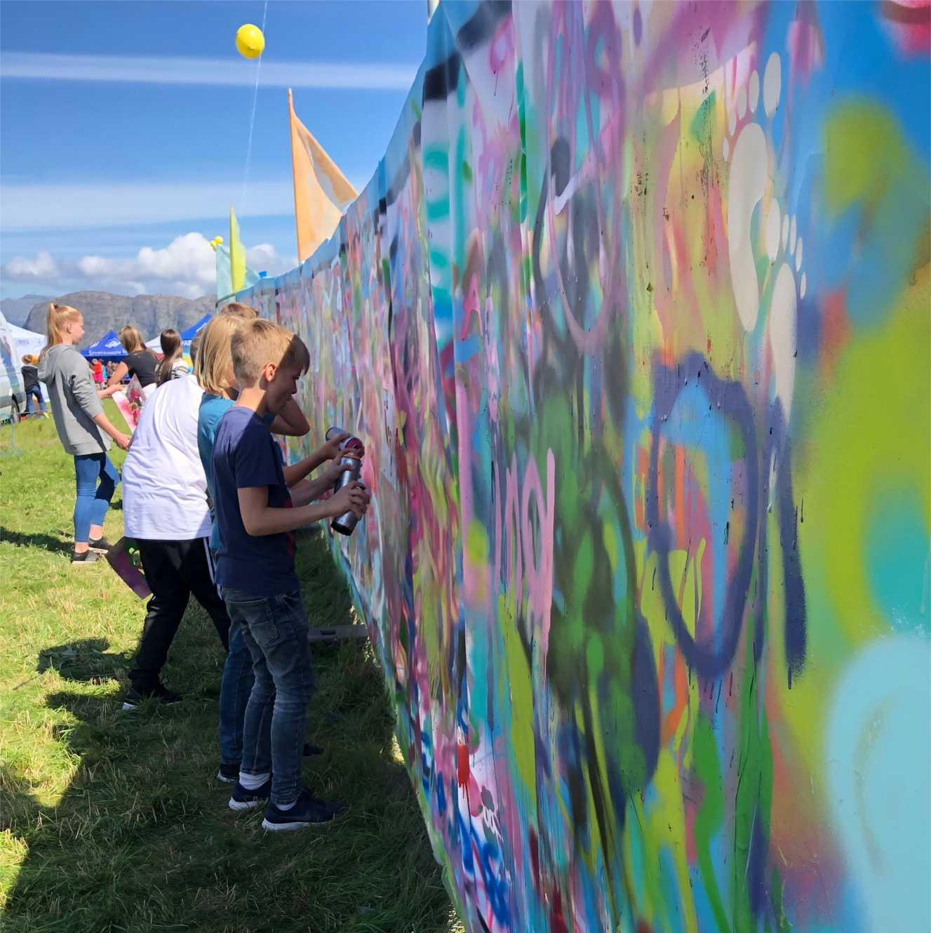 barn sprayer på graffiti workshop