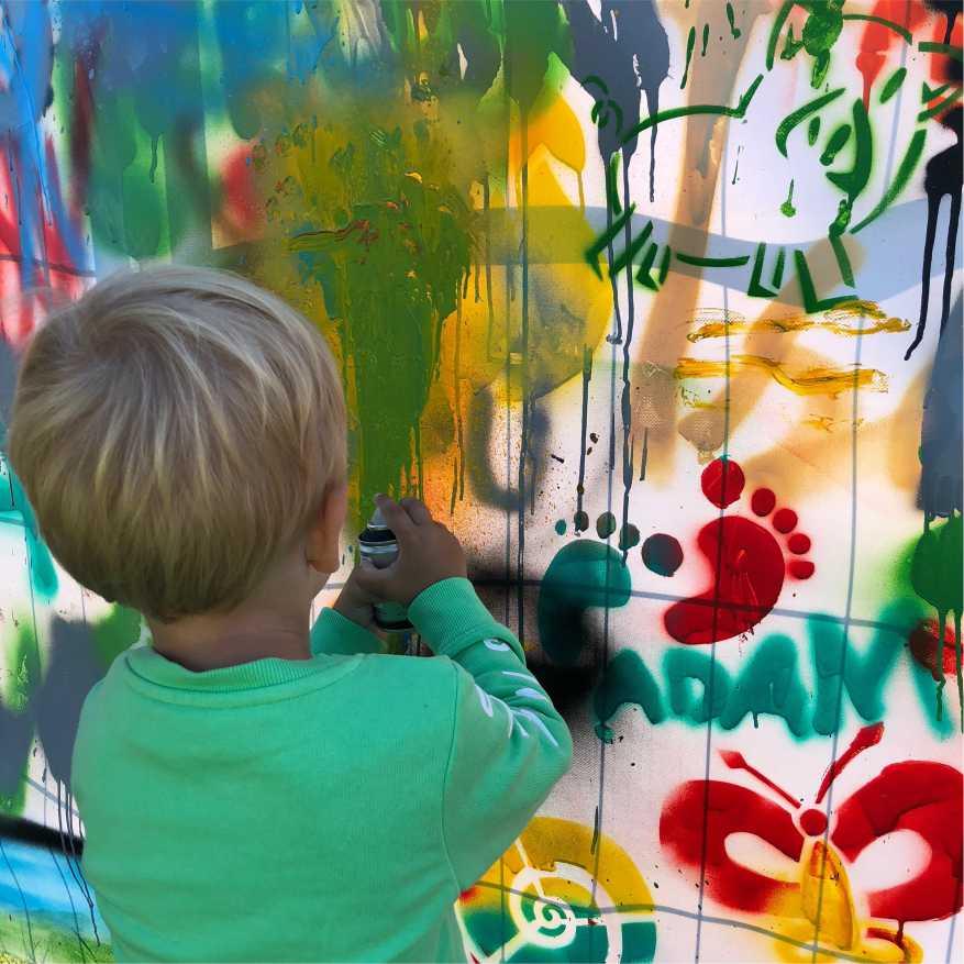 gutt lager graffiti på sommerfesten