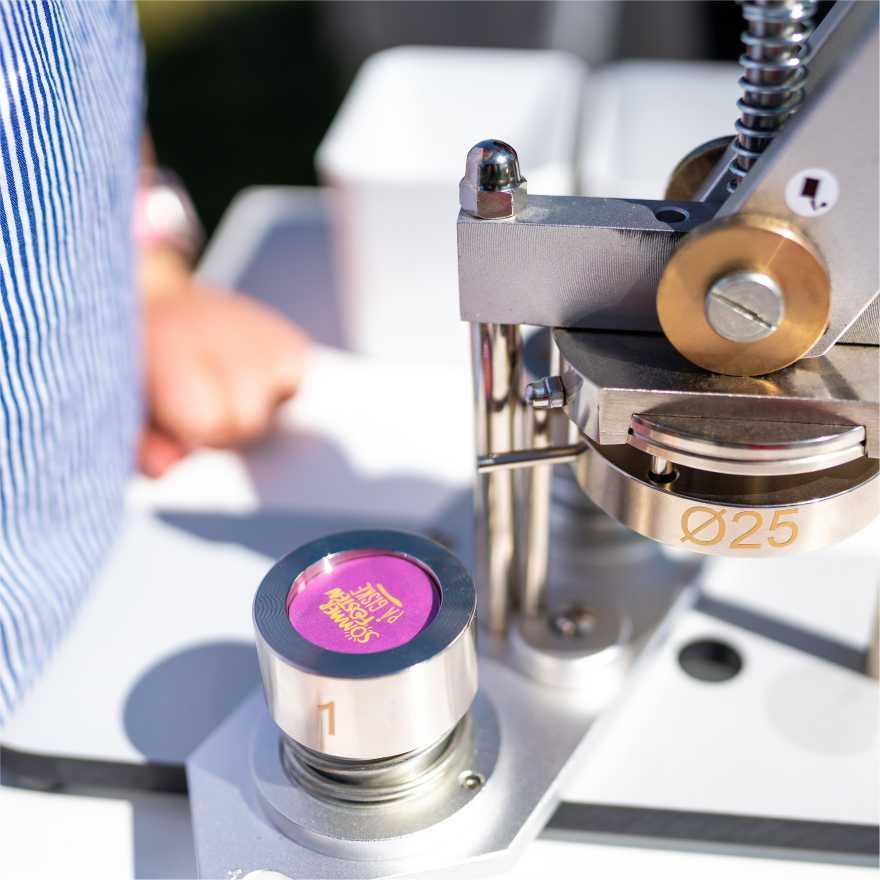 buttonsmaskin brukt på Sommerfesten på Giske, Norge
