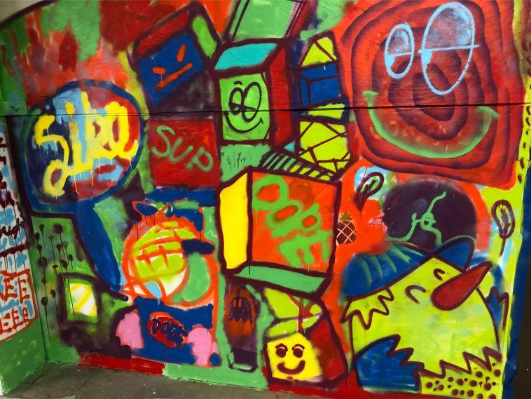 graffiti vegg laget av ungdom på skøye